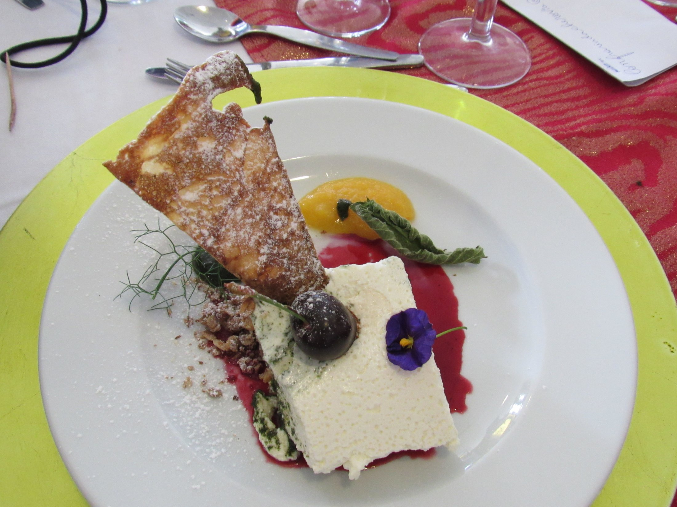 Cheesecake de frutos vermelhos e urtiga