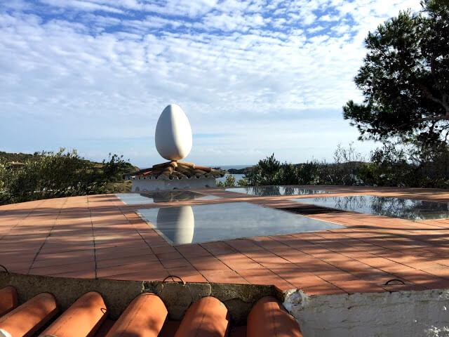 A cobertura da sala de música do jardim, onde está um ovo gigante (uma das obsessões de Dali).