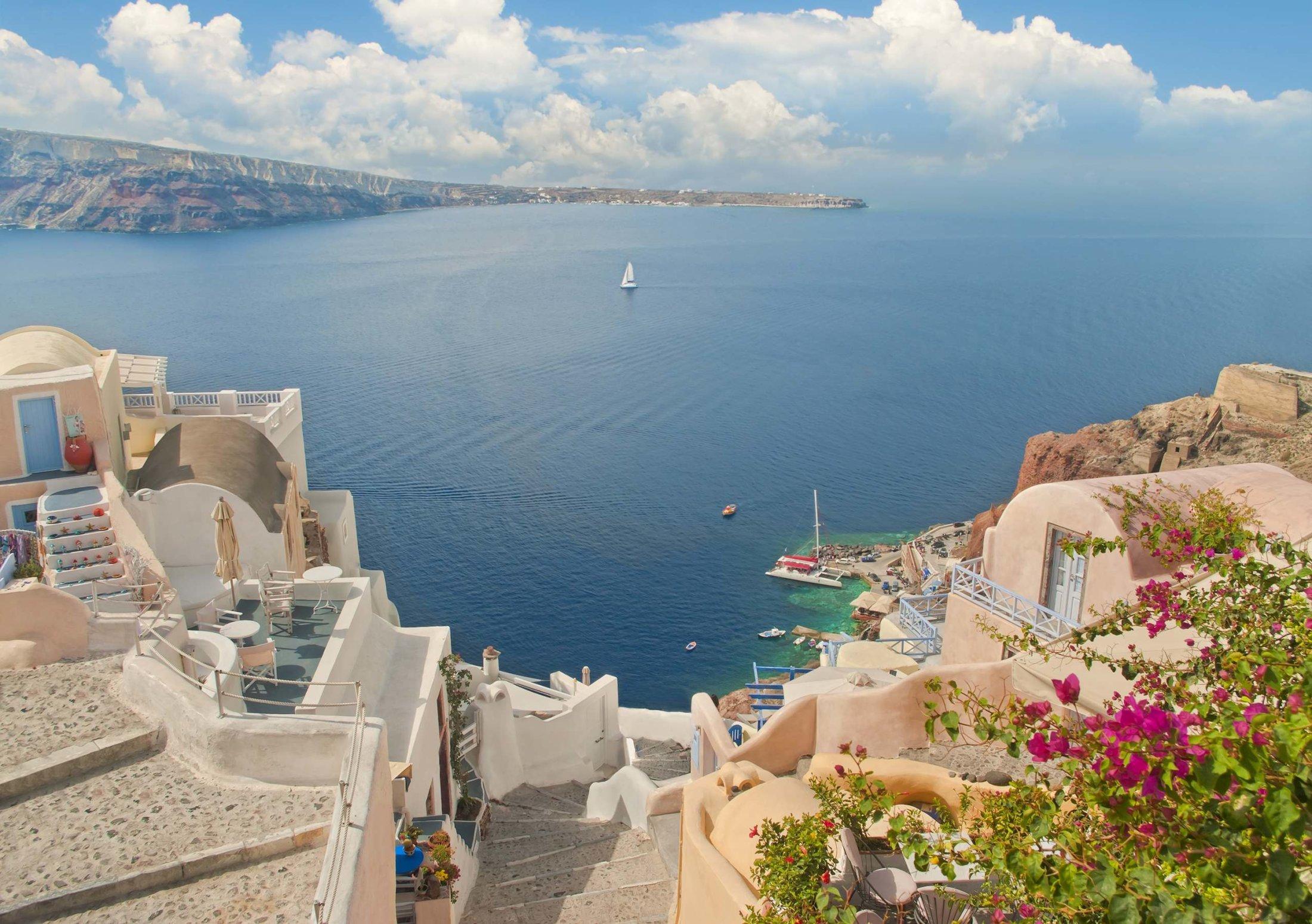 Terraço com flores na Grécia.