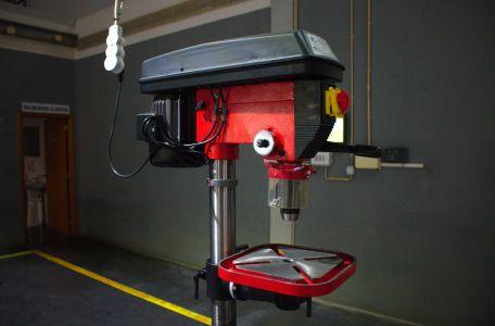 Máquina para trabalhar ferro.