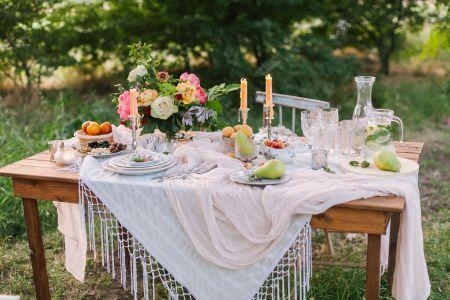 Numa jarra, para decorar uma mesa campestre.
