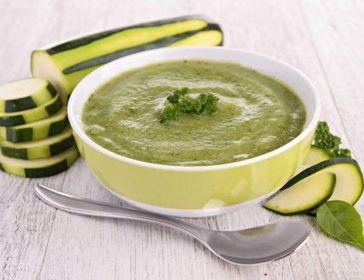 Sopa de curgetes, alho francês e salsa