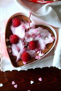 bolo de chocolate com frutos vermelhos e algodão doce